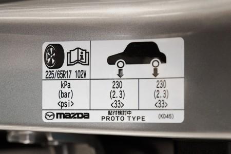 наклейка на кузове о допустимых нормах давления шин