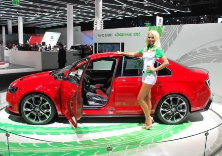 модель, рекламирующая Шкоду на автосалоне во Франкфурте 2013