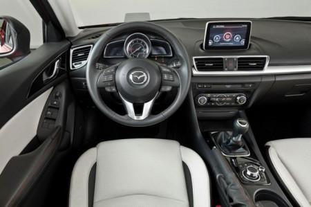 Mazda 3 2014: салон