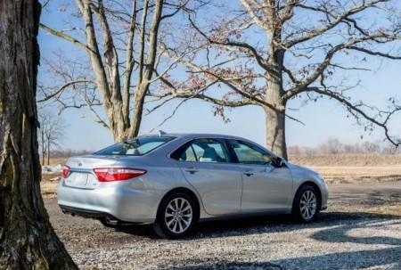 Тойота Камри рестайлинг 2015: вид сзади