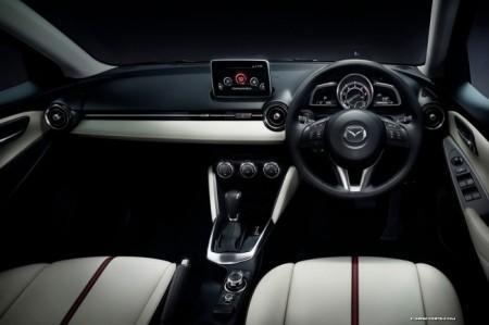 Mazda2 II: салон