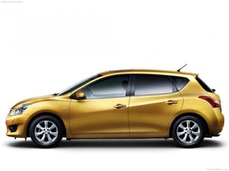 Nissan Tiida 2: вид сбоку