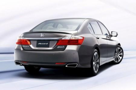 Хонда Аккорд рестайлинг 2015: вид сзади