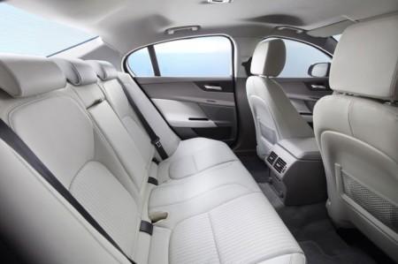 Jaguar XE 2015: интерьер