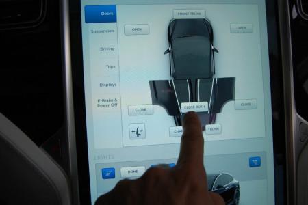 Tesla Model X - большой тачскрин