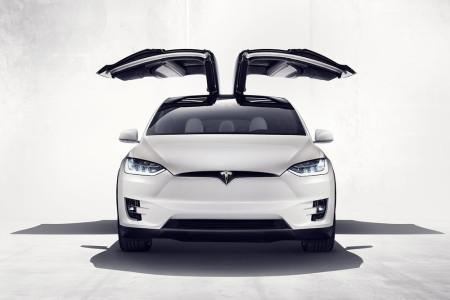 Tesla Model X - вид спереди