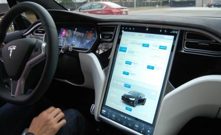 Tesla Model X - дисплей на центральной консоли