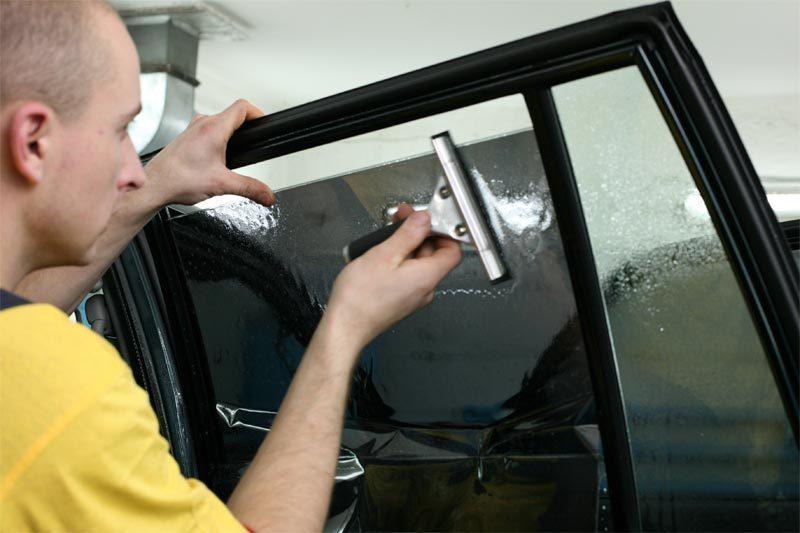 Тонировка стекла автомобиля своими руками видео