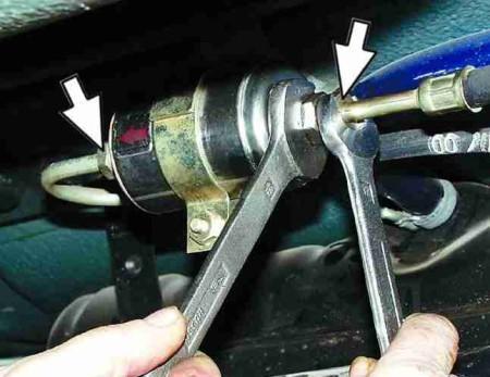 как открутить топливный фильтр