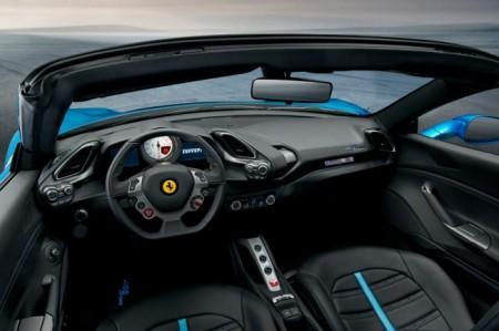 Ferrari 488 Spider - салон