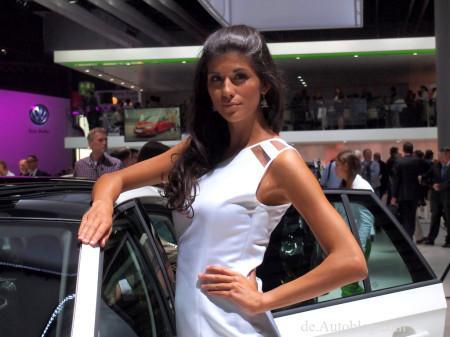 девушка на автосалоне во Франкфурте 2013