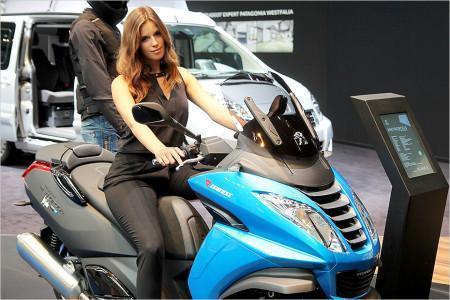 красивая девушка на скутере на Франкфуртском автосалоне 2015