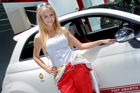 модель, рекламирующая Фиат Абарт на автосалоне во Франкфурте 2013