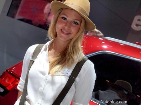 модель, рекламирующая Jeep на автосалоне во Франкфурте 2013