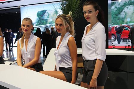 сотрудницы пресс-службы на Франкфуртском автосалоне 2015